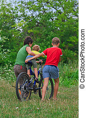 мама, and, два, sons, находятся, гулять пешком, на, байк, на открытом воздухе