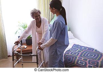 медсестра, пациент, стоять, женский пол, старшая, помощь, ходок