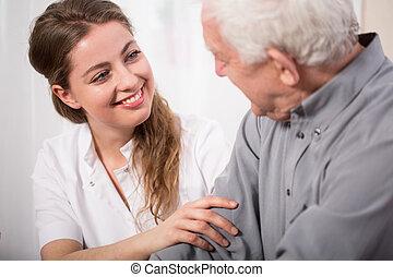 медсестра, старшая, человек, assisting, улыбается