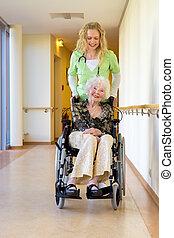 медсестра, assisting, инвалидная коляска, пожилой, коридор
