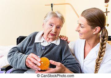 медсестра, giving, физическая, терапия, к, старшая, женщина
