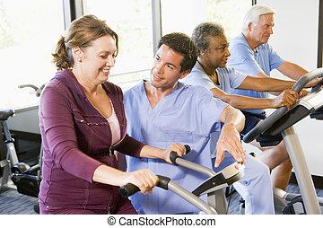 медсестра, with, пациент, в, реабилитация, с помощью, упражнение, машина