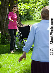 медсестра, with, пожилой, женщина, в, сад, of, выход на пенсию, главная