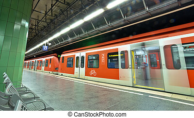 метро, станция, with, поезд, в, мюнхен, германия