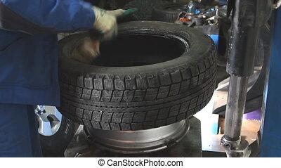 механик, удаляет, автомобиль, шина, крупным планом