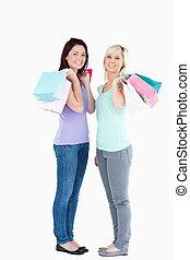 мешки, улыбается, поход по магазинам, женщины