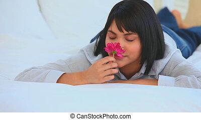милый, азиатский, женщина, smelling, , цветок