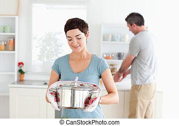милый, женщина, мойка, блюда, горшок, в то время как, держа, человек