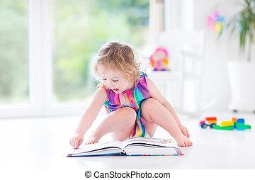 милый, кудрявый, ребенок, начинающий ходить, девушка, чтение, , книга, сидящий, на, , пол