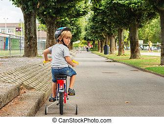милый, немного, дитя, на, bicycle., adorable, немного, мальчик, learning, к, поездка, байк, носить, шлем