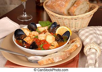 миска, of, вкусно, морепродукты, суп, with, вино, and, деревенский, хлеб