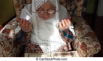 молиться, женщина, мусульманка