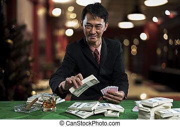 , молодой, азартный игрок, является, сдачи, bets, into, , piles, of, денежная купюра