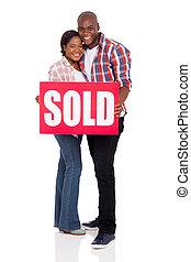 молодой, африканец, американская, пара, держа, , продан, знак