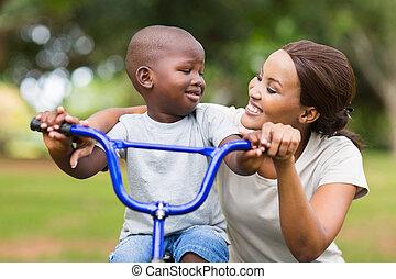 молодой, африканец, женщина, помощь, ее, сын, поездка, байк