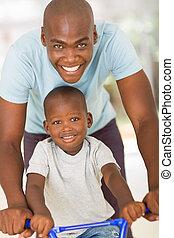 молодой, африканец, отец, pushing, сын, на, байк