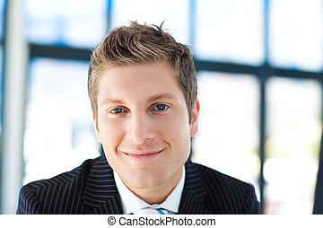 молодой, бизнесмен, улыбается, в, , камера