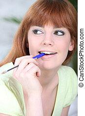 молодой, женщина, жевание, на, ручка