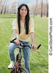 молодой, женщина, на, велосипед, на открытом воздухе