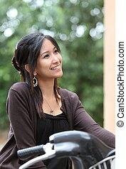 молодой, женщина, на, , велосипед, на открытом воздухе, улыбается