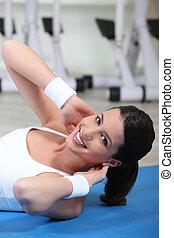 молодой, женщина, на, упражнение, мат
