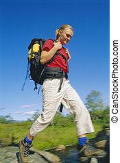 молодой, женщина, носить, рюкзак, stepping, через, река