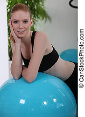молодой, женщина, отдыха, на, упражнение, мяч