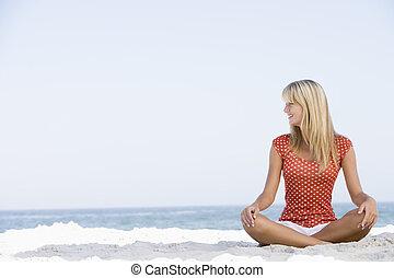 молодой, женщина, сидящий, на, , пляж