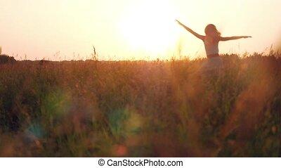 молодой, женщина, enjoying, природа, and, солнечный лучик,...