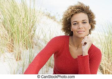 молодой, женщина, posing, на, , песок, холм
