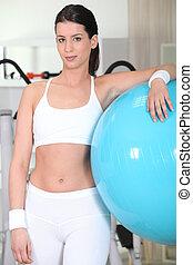 молодой, женщина, with, фитнес, воздушный шар