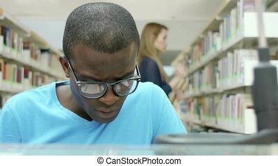 молодой, люди, studying, в, библиотека