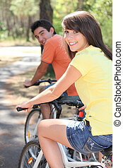 молодой, пара, enjoying, велосипед, поездка, вместе