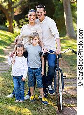молодой, семья, of, 4, на открытом воздухе
