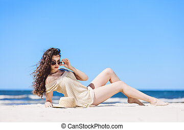 , молодой, симпатичная, женщина, laying, на, , пляж