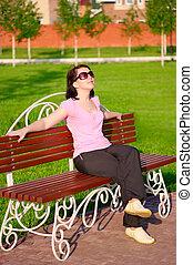 молодой, улыбается, женщина, на, , скамейка
