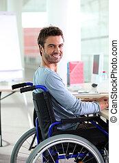 молодой, человек, улыбается, в, инвалидная коляска