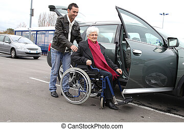 молодой, человек, assisting, старшая, женщина, в, инвалидная...