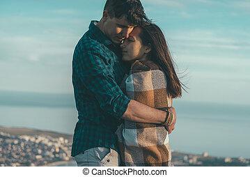молодой, человек, embraces, , женщина, на открытом воздухе