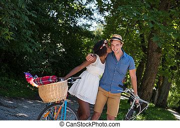 молодой, multiethnic, пара, having, байк, поездка, в, природа