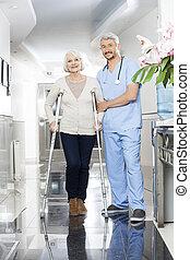мужской, физиотерапевт, помощь, старшая, женщина, with, crutches