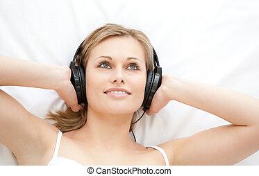 музыка, привлекательный, женщина, прослушивание