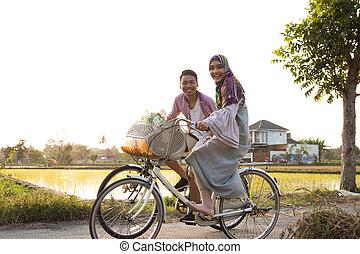 мусульманка, пара, верховая езда, байк