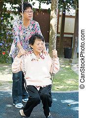 на открытом воздухе, сад, парк, азиатский, свинг, старшая, playing, женщины