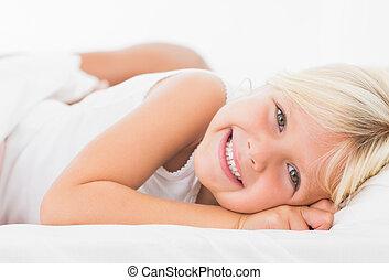 немного, девушка, лежащий, на, , постель, and, улыбается