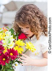 , немного, девушка, smelling, цветы