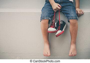 немного, мальчик, сидящий, возле, , дом, and, хранение,...