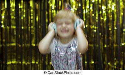немного, having, весело, дитя, listens, девушка, музыка, ребенок, dances, танцы, enjoying, relaxing, headphones.