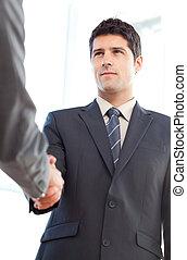 ниже, посмотреть, of, , серьезный, бизнесмен, concluding, , по рукам, with, , партнер, в, , офис