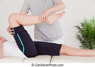 нога, растягивание, правильно, женщина, массажистка, молодой